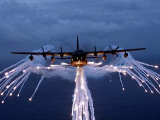 Hercules-transportfly afskyder flares. Foto: US Air Force